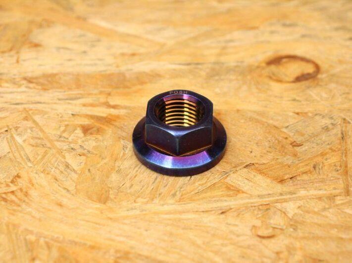画像1: PK7 リアホイールアクスル ナット チタン 焼き色 1個 [シグナスX・BW'S125] (1)